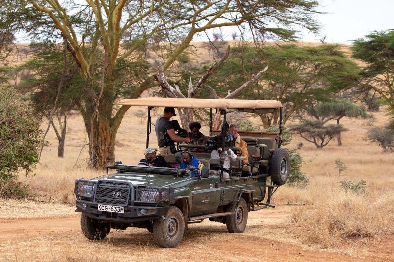 Ο Άντονι Μπουρντέν με τον κωμικό W. Kamau Bell στην Κένυα.
