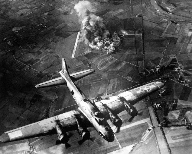 Βομβαρδισμός γερμανικού εργοστασίου 1943 -Πηγή US Air Force