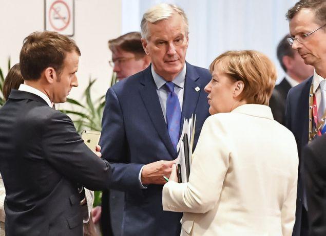 Ο Μισέλ Μπαρνιέ θα χρειαστεί τη στήριξη του Εμανουέλ Μακρόν για να διεκδικήσει την προεδρία της Κομισιόν, αλλά θα βρει απέναντί του τον Μάνφρεντ Βέμπερ, τον οποίο στηρίζει η Άνγκελα Μέρκελ (Φωτογραφία: ΑΡ)