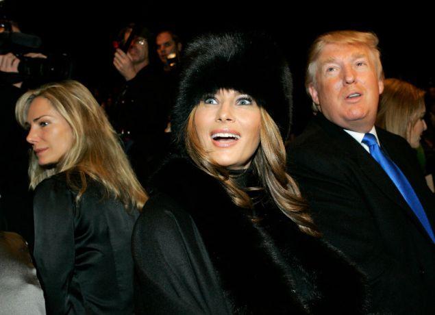 Μεταξύ των θαυμαστριών του και η Μελάνια Τραμπ. Εδώ με τον σύζυγό της παρακολουθούν επίδειξη μόδας του σχεδιαστή το 2007