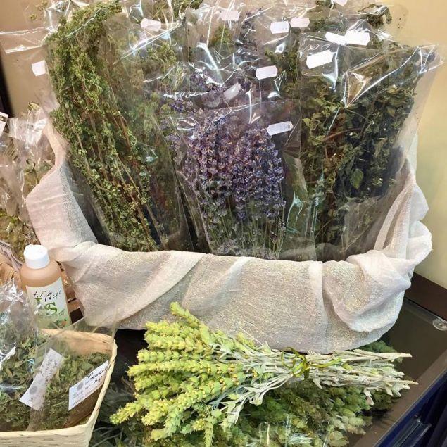 Καλλιεργεί μόνο αρωματικά-θεραπευτικά φυτά και συγκεκριμένα λεβάντα, τσάι του βουνού, ελίχρυσο, τριαντάφυλλα και μελισσόχορτο