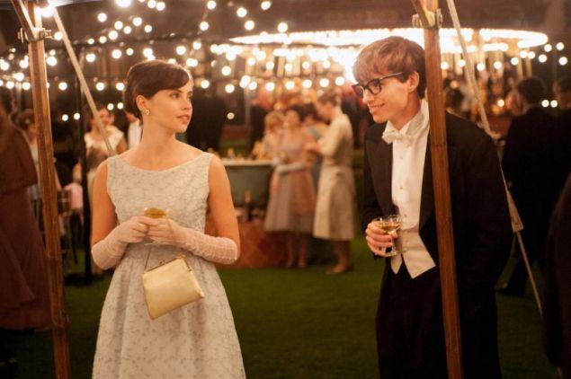 Το ζευγάρι δεν γνωρίστηκε στο Κέμπριτζ αλλά στην πατρίδα τους, κάτι που δεν αναφέρεται πουθενά στην ταινία