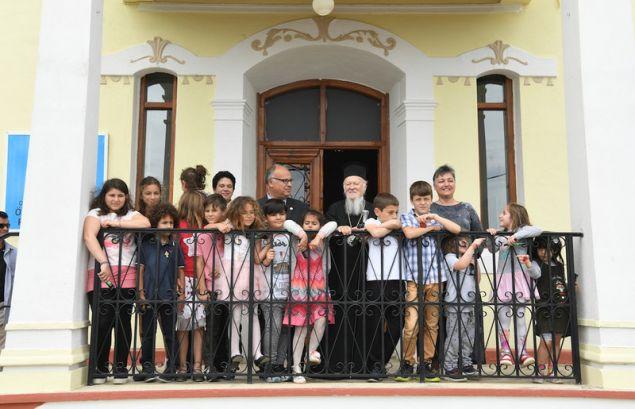 Ο οικομενικούς πατριάρχης Βαρθολομαίος μαζί με τους μαθητές του δημοτικού στην Ιμβρο.
