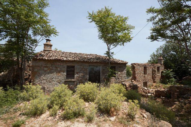 Εγκαταλελειμμένα σπίτια στο νησί του Αιγαίου.
