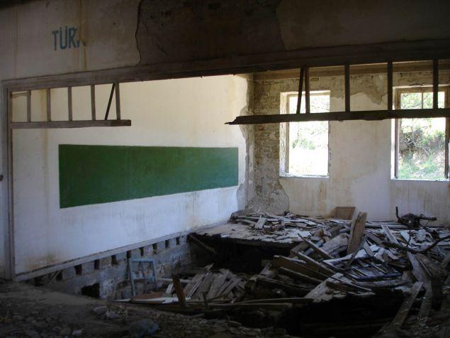 Το εγκαταλελειμμένο σχολείο (RUM - Ρωμιών) στο χωριό Αγρίδια (Tepeköy) το 2007. Πλέον έχει ανακαινιστεί και επαναλειτουργεί.