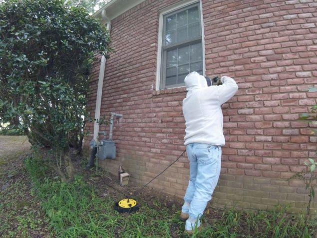 Το πρώτο πράγμα που έκανε ήταν να ρίξει καπνό στις εισόδους για να ζαλιστούν οι μέλισσες και να μην αρχίσουν να τρέχουν πανικόβλητες μόλις άρχιζε να χρησιμοποιεί το σφυρί.