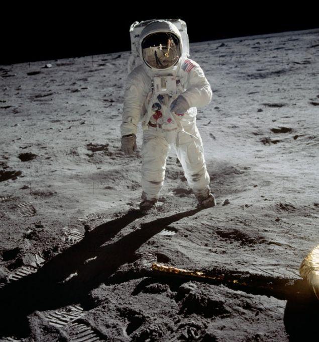 Το πλήρωμα άφησε πίσω περίπου 100 αντικείμενα στη Σελήνη ως μέτρο εξοικονόμησης βάρους. Ο κατάλογος αυτός περιλαμβάνει εκτός από φακούς και σωματικά υγρά και τα συγκεκριμένα παπούτσια