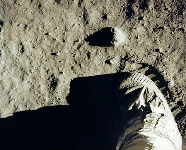 Οι μπότες άφησαν μοναδικά ίχνη που μπορεί να δει κανείς σε πολλές άλλες φωτογραφίες της αποστολής