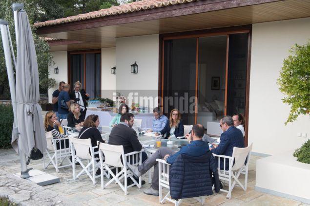 Οι εργαζόμενοι πρόσφεραν καφέ και σπιτικά κέικ έξω από το master house της Χριστίνας Ωνάση που έχει ανακαινιστεί πλήρως