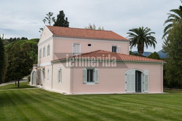 Η ροζ βιλα στο ισόγειο της οποία έχει δημιουργηθεί μουσείο με αντικείμενα του Α. Ωνάση