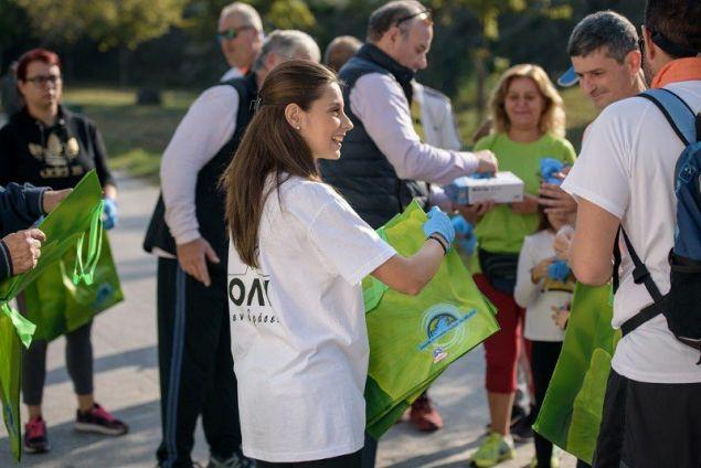 Η ΟΛΥΜΠΟΣ εφοδίασε όλους τους συμμετέχοντες με μπλουζάκια, γάντια και ειδικές σακούλες