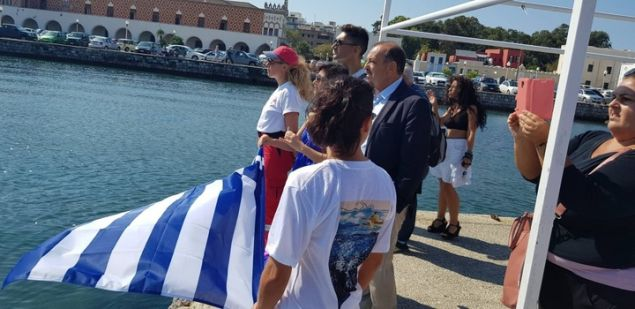 Ο δήμαρχος Ρόδου και πολλοί θεατές παρακολουθούν την εκκίνηση του κολυμβητή