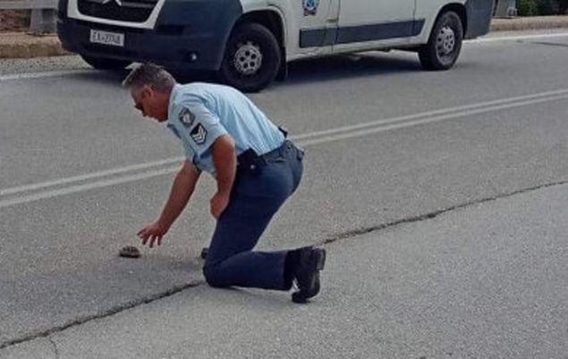 Μία πρωτότυπη, καλή πράξη έκανε ένας αστυνομικός στην Κοζάνη, ο οποίος....