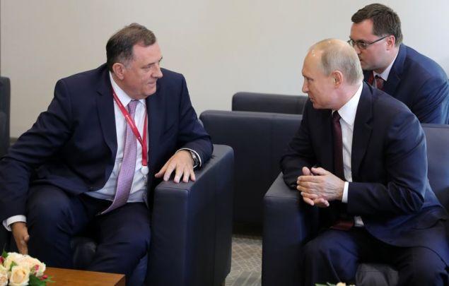 Ο Σερβοβόσνιος εθνικιστής ηγέτης Μίλοραντ Ντόντικ με τον πρόεδρο της Ρωσίας Βλαντίμιρ Πούτιν (Φωτογραφία: ΑΡ)