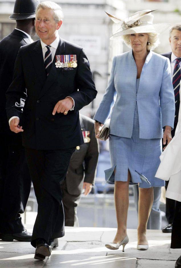 Η Καμίλα δεν μπορεί να καταλάβει γιατί ο κουνιάδος της και πατέρας της νύφης, δεν βοήθησε την ίδια και τον πρίγκιπα Κάρολο να γίνουν δεκτοί ως ζευγάρι, από την βασίλισσα