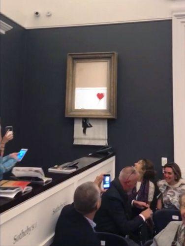 Τα κομμάτια του πίνακα θεωρείται πλέον πως αποτελούν ένα νέο έργο, που ο ίδιος ο Μπάνκσι έχει ονομάσει Love is in the Bin (Η αγάπη είναι στον σκουπιδοτενεκέ) φωτογραφία: apimages