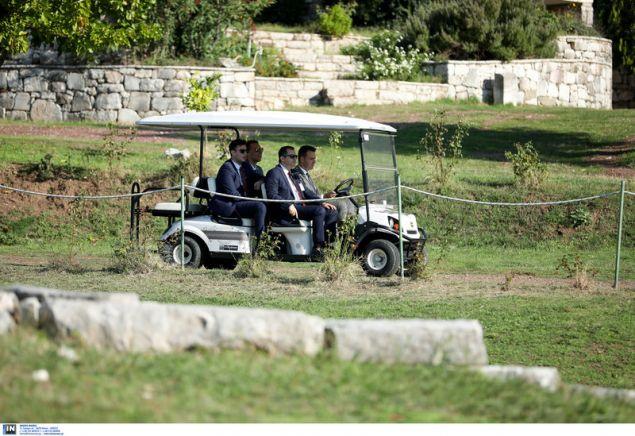 Με μινι ηλεκτρικά αυτοκίνητα ο γερμανός πρόεδρος και η συνοδεία του