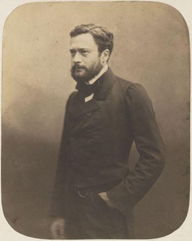 Ο Εντμόν Αμπού το 1852 εγκαταστάθηκε στην Αθήνα ως υπότροφος της Γαλλικής Σχολής και έμεινε 2 χρόνια, περιοδεύοντας σε όλη τη χώρα. Την ίδια περίοδο άρχισε να δημοσιογραφεί στην εφημερίδα Le Figaro και ανέλαβε τη διεύθυνση της εφημερίδας «19ος αιώνας».