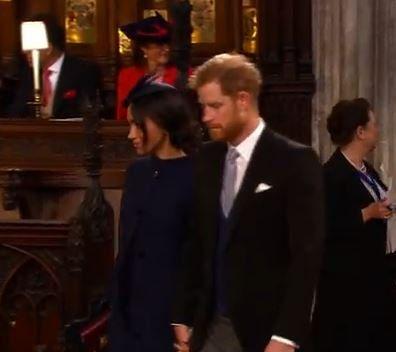 Το νιόπαντρο ζευγάρι παίρνει τη θέση του στην εκκλησία