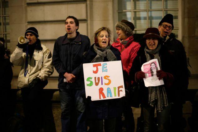Διαμαρτυρία έξω από την πρεσβεία της Σαουδικής Αραβίας το 2015 για το επικείμενο μαστίγωμα του μπλόγκερ Ραΐφ Μπανταουί με την κατηγορία της προσβολής του Ισλάμ. Φωτογραφία: AP Photo/Tim Ireland