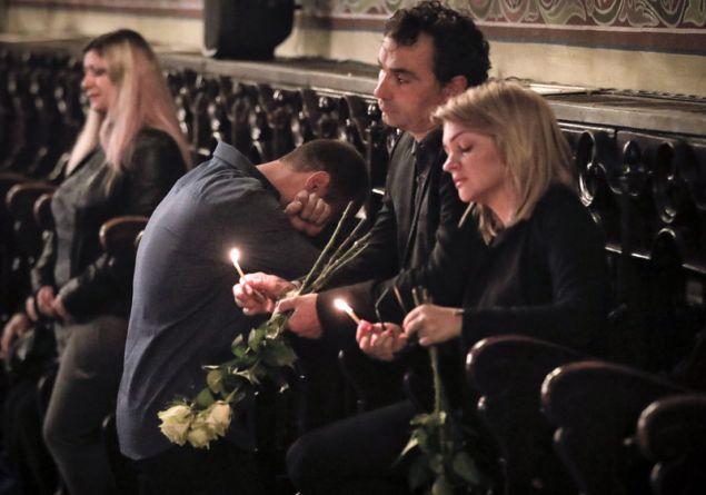Με λουλούδια στα χέρια και στεφάνια, επίσημοι και απλοί πολίτες συλλυπήθηκαν τους γονείς της 30χρονης δημοσιογράφου