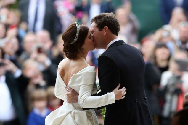 Το ζευγάρι μετά τον γάμο, αντάλλαξαν το πρώτο τους φιλί έξω από την εκκλησία.