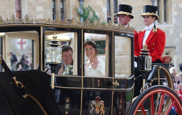 Το νιόπαντρο ζευγάρι φεύγει από το παρεκκλήσι του Αγίου Γεωργίου
