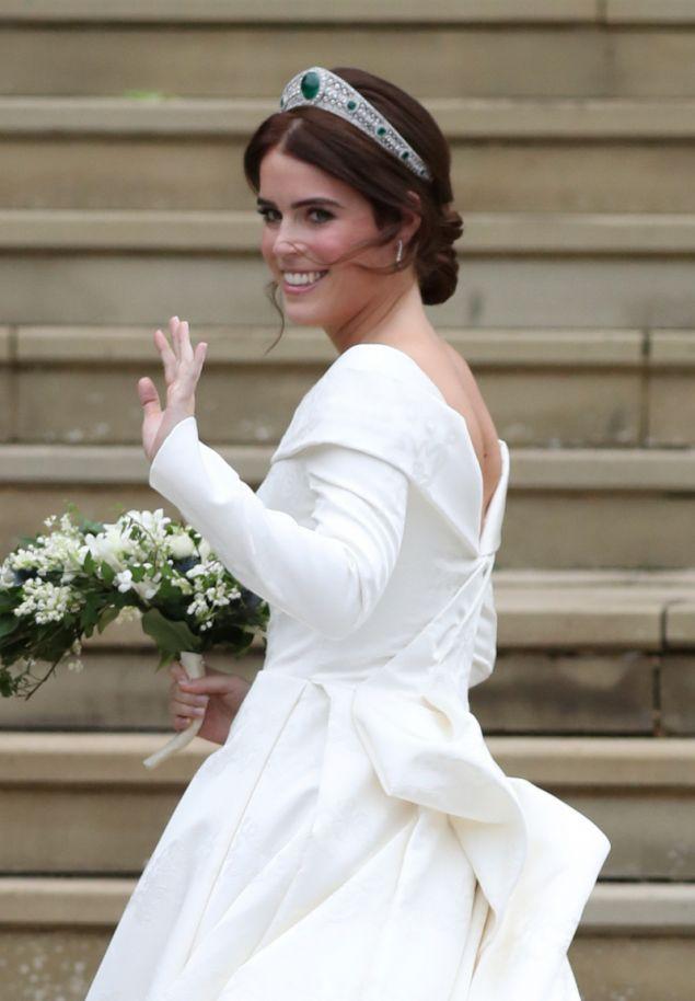 Η μέλλουσα νύφη χαιρετά τα πλήθη. Η τιάρα που επέλεξε να φορέσει ανήκε στην μητέρα της βασίλισσας Ελισάβετ.
