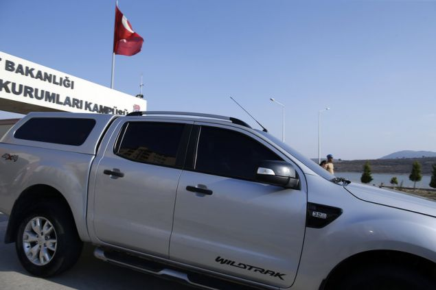 Το αυτοκίνητο με τον πάστορα Μπράνσον βγαίνει από το δικαστήριο που διέταξε την απελευθέρωσή του-AP Photo/Emre Tazegul