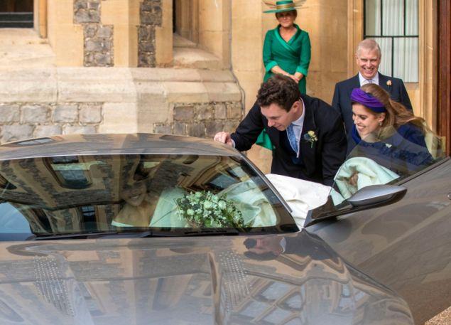 Ο γαμπρός και η πριγκίπισσα Βεατρίκη έβαλαν το χεράκι τους για να χωρέσει το νυφικό της Ευγενίας στο αυτοκίνητο