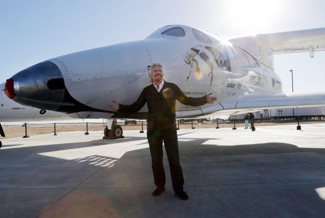 Ο Ρίτσαρντ Μπράνσον μπροστά στο SpaceShipTwo που προορίζεται για τουριστικά ταξίδια στο Διάστημα. Φωτογραφία: AP Photo/Reed Saxon, File