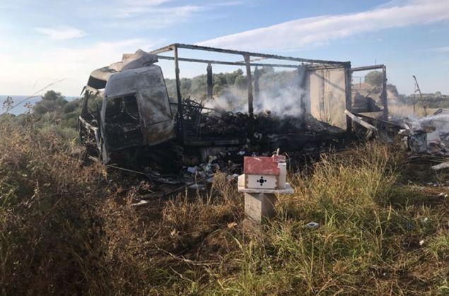 Τα δύο φορτηγά κάηκαν ολοσχερώς