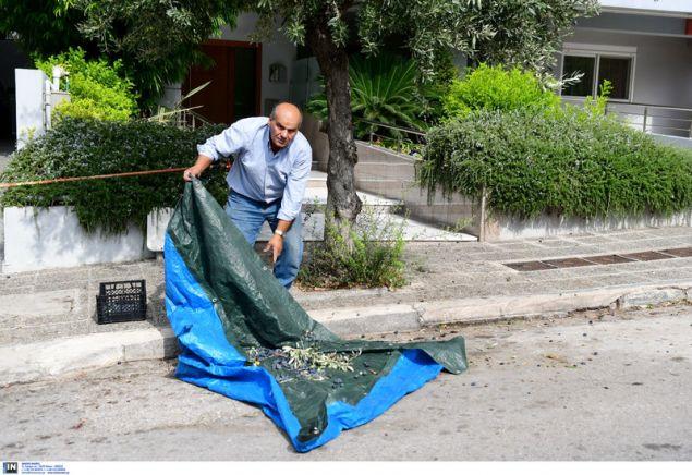 Ο πολίτης του Παλαιού Φαλήρου «εν δράσει» -Φωτογραφία: Intimenews/ΠΑΝΑΓΙΩΤΟΠΟΥΛΟΣ ΝΙΚΟΣ