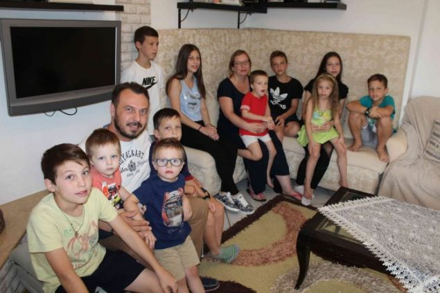 Τον γύρο του διαδικτύου κάνει αυτή η ελληνική οικογένεια από το Ωραιόκαστρο, η οποία δεν έχει ούτε ένα, ούτε δύο, αλλά 11 παιδιά και πάει για το 12ο.