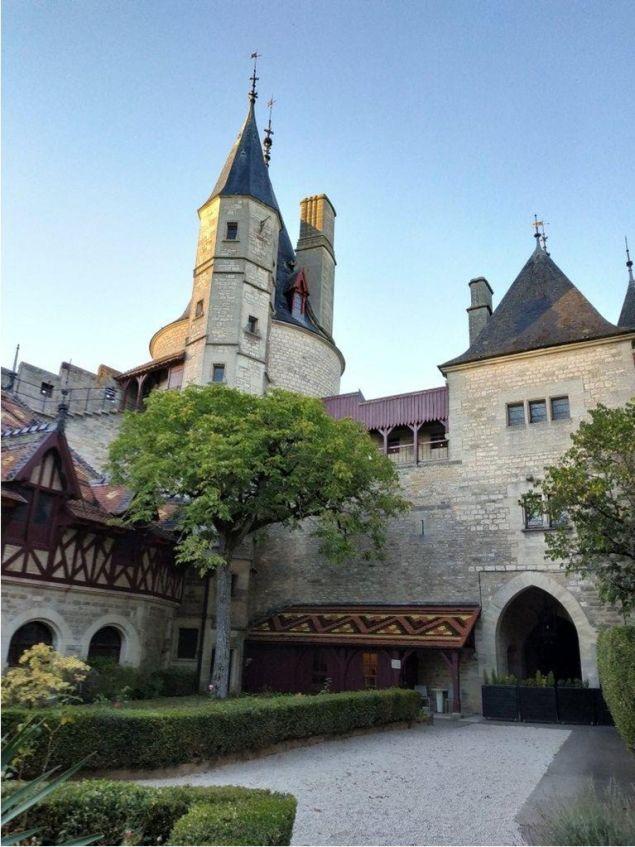 Το κάστρο χτίστηκε τον 12ο αιώνα και οι προηγούμενοι ιδιοκτήτες του ήταν οι απόγονοι ενός πρώην Γάλλου προέδρου