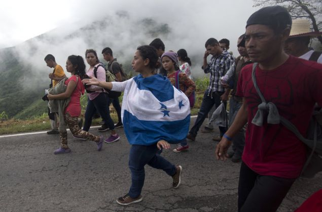 Το τελευταίο διάστημα χιλιάδες κάτοικοι της Ονδούρας εγκαταλείπουν πεζή τη χώρα τους για να γλιτώσουν απο τη βία και τη φτώχεια με στόχο να φθάσουν στις ΗΠΑ (Φωτογραφίες: ΑΡ)
