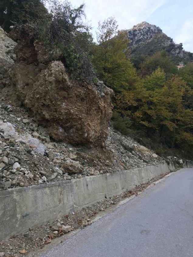 Τεράστιος βράχος «απειλούσε» τους οδηγούς.