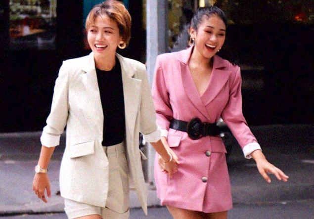 Οι πρώην διαγωνιζόμενες στο Bachelor Μιν Θου και Τρουκ Νου χέρι-χέρι μετά το ριάλιτι. Φωτογραφία: Facebook