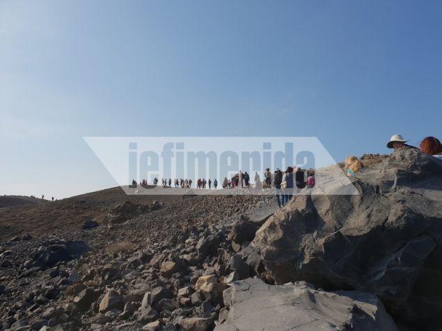 Οι επισκέπτες παρακολουθούν ευλαβικά τον Γιώργη Βουγιουκαλάκη και περπατούν στο σεληνιακό τοπίο