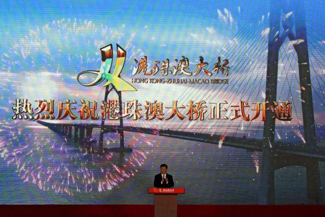Ο Κινέζος πρόεδρος Σι Τζινπίνγκ εγκαινίασε επίσημα τη μακρύτερη θαλάσσια γέφυρα του κόσμου