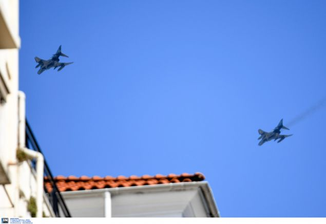 Τα αεροσκάφη πέταξαν σε χαμηλό ύψος πάνω από τις πολυκατοικίες- φωτογραφία intimenews