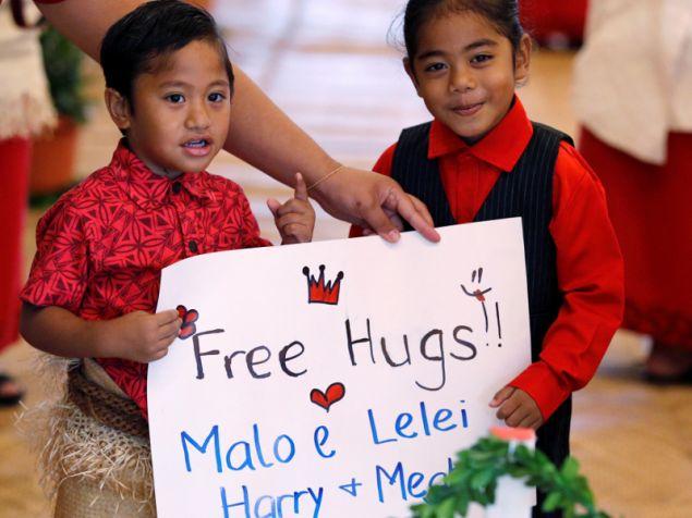 Δύο αδερφάκια κρατούσαν πινακίδα με «δωρεάν αγκαλιές»