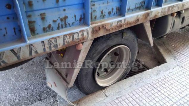 Στο σημείο βρέθηκε και πλήρωμα της Τροχαίας Λαμίας για την καταγραφή του τραυματισμού και των στοιχείων του οδηγού του φορτηγού