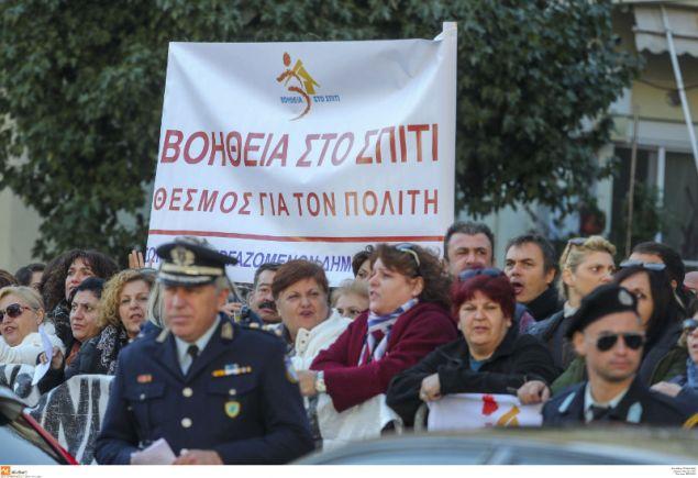 Η διαμαρτυρία έγινε έξω από το Ναό, κατα την ώρα της επίσημης δοξολογίας για τον Αγιο Δημήτριο