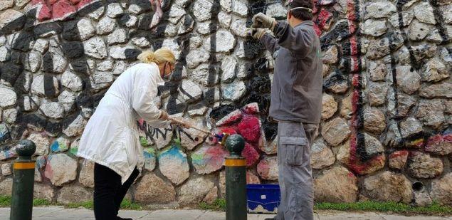 Μια πόλη με κτίρια και τοίχους καθαρούς από μουντζούρες, tags, συνθήματα και αφίσες σκοπεύουν να δημιουργήσουν τα μέλη της ομάδας συνΑθηνά του Δήμου Αθηναίων που μαζί με εθελοντές, τοπικούς φορείς και εταιρίες-χορηγούς