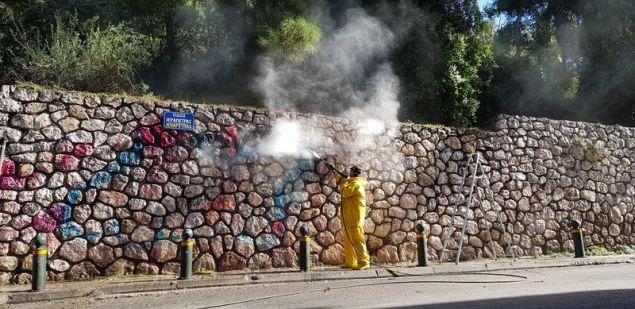Με διπλό στόχο να αναδείξουν τα πραγματικά έργα τέχνης καλλιτεχνών του δρόμου και graffiti artists αλλά και να εξαφανίσουν όσα «σημάδια»
