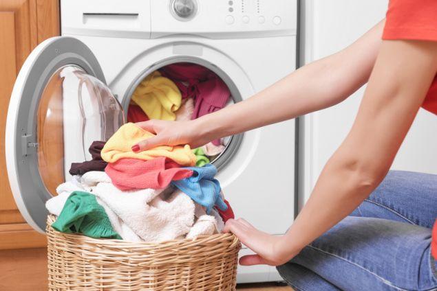 Ο σκόρος είναι ένας ύπουλος εχθρός των ρούχω. Καθαρίστε την τνουλάπα και πλύνετε όλα τα ρούχα σας ξανά