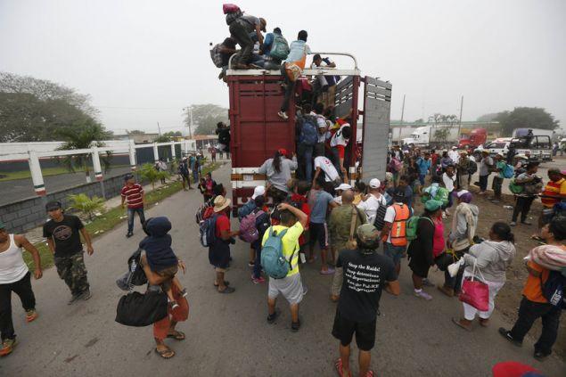 Mέχρι την υστάτη ώρα ο Τραμπ παίζει το χαρτί του φόβου προ της «εισβολής» παράτυπων μεταναστών από την Κεντρική Αμερική στις ΗΠΑ (Φωτογραφία: ΑΡ)