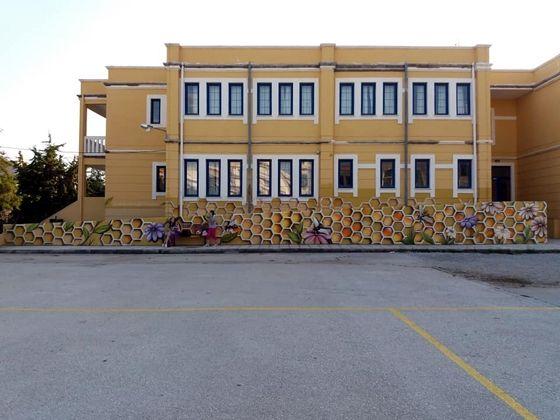 Η μεταμόρφωση του σχολείου, ξεκίνησε με το βάψιμό του κτιρίου και ολοκληρώθηκε με την εξωτερική πόρτα που μοιάζει με βιβλιοθήκη.