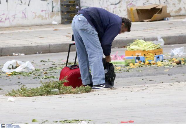 Ο φωτογραφικός φακός κατέγραψε μερικούς πολίτες στην περιοχή της Τούμπας στη Θεσσαλονίκη, να μαζεύουν τρόφιμα -φρούτα και λαχανικά- από τον δρόμο